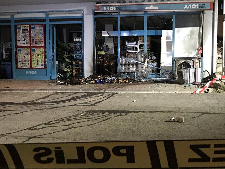 Markette yangın çıktığını gören mahalle sakinlerinin ihbarı üzerine olay yerine itfaiye ve polis ekipleri sevk edildi.