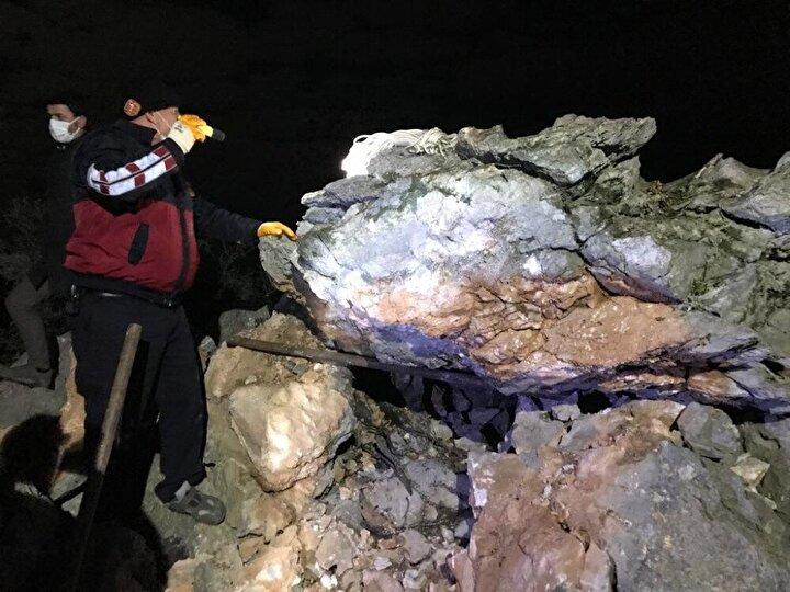 Edinilen bilgiye göre kuytu bir alana ısınmak için ateş yakan çoban Adil Günay (70) , üzerine yaklaşık 4-5 tonluk kaya parçasının düşmesi sonucu olay yerinde hayatını kaybetti.