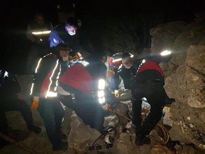 Olay yerine AFAD ve Bucak Belediyesi İtfaiye Kurtarma ekipleri sevk edilirken, talihsiz adamın cansız bedenini kayaların arasından güçlükle çıkarıldı.