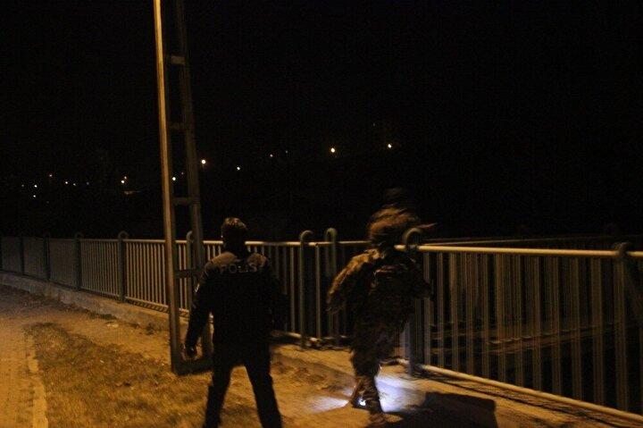 İsminin Ömer Ö. olduğu öğrenilen şüpheli şahıs gözaltına alınırken, kaçan Murat K.'yı yakalamak içinde çalışma başlatıldı.