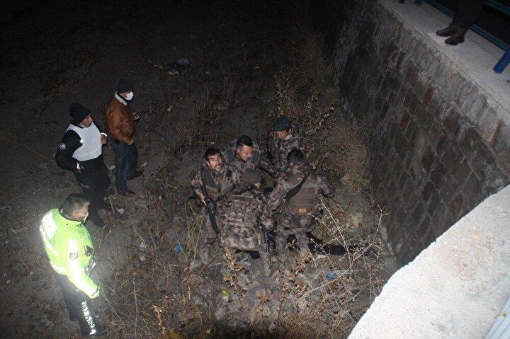 Zırhlı araçlar ve termal kameralar ile bölgede arama yapan ekipler, kanal içerisinde saklanmaya çalışan şüpheli bir şahsı, kıskıvrak yakaladı.