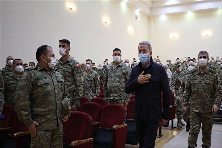 Gece saatlerinde Azerbaycan'a giden Milli Savunma Bakanı Hulusi Akar, beraberinde Genelkurmay Başkanı Orgeneral Yaşar Güler ve Kuvvet Komutanları, Azerbaycan EDOK Komutanlığı'nda düzenlenen askeri törene katıldı.