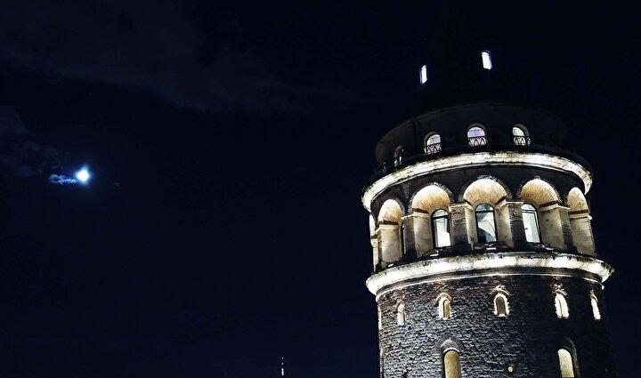 İstanbulun simgeleriyle buluşan dolunay havadan da görüntülendi.