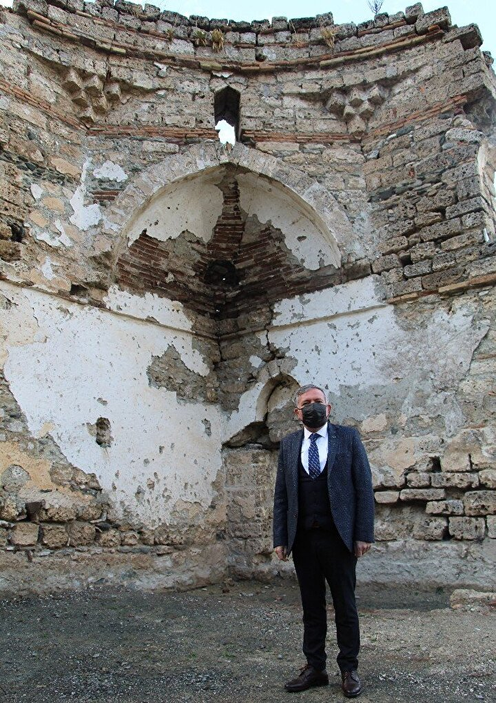 """Aradan geçen 529 yılda neredeyse yarısı alüvyonlarla kapanan 2. Murad Cami'nde hummalı çalışmalar aralıksız sürüyor.Projenin yaklaşık yüzde 35'inin tamamlandığını belirten Honaz Belediye Başkanı Yüksel Kepenek, """"Camimiz 2. Murat Camisi olarak geçiyor. 1429 yılında inşa edilen bir cami. Bu bölgenin en eski ve karakteristik özellikleri diğer camilerden farklı bir yapısı var. Hedefimiz 2021 yılının sonuna kadar camimizi ayağa kaldırmak."""