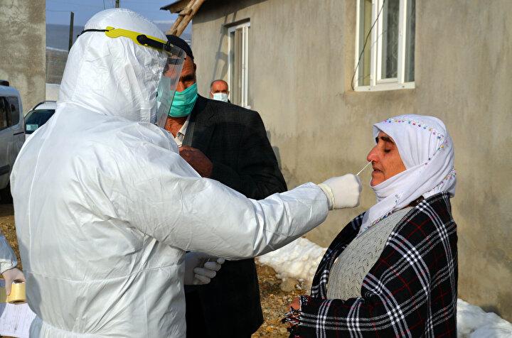 Köylülerden Mehmet Çınar ile eşi ve 2 çocuğuna koronavirüs testi yapıldı. Verilen sağlık hizmetinden memnun olduğunu dile getiren Mehmet Çınar, Köyde yaşıyoruz. Doktorlarımız gelerek test yaptı. Allah devletimizden razı olsun. Devletimizi başımızdan hiçbir zaman eksik etmesin. Emeği geçen herkese teşekkür ederim dedi.