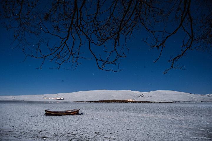 Beyaz örtü arasındaki maviliğin güzel manzaralar oluşturduğunu ifade eden Aydemir, Çıldır Gölüne kış mevsiminde ilk defa geldim. Anlatıldığından daha da güzelmiş. Birçok memleket gezdim ama böyle güzellik görmedim. Buz üzerinde yürürken yaşanılan adrenalin anlatılamaz, sanki başka bir gezegendeymişsin gibi hissettiriyor. dedi.
