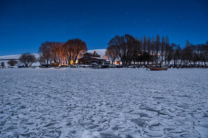Buzda gezinti yapıp eşsiz gün doğumu ile batımını izleyen turistler, arkasında karlı dağların bulunduğu alanda doyasıya eğleniyor.