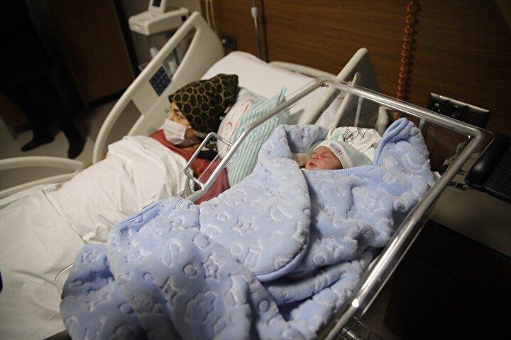Nevşehir Kapadokya Hastanesinde saat 00.03'te Kayra bebek 3 buçuk kg ağırlığında ve 51 cm boyunda dünyaya geldi. 2021 yılının ilk bebeğine sahip olarak Melike-Yasin Alevli çiftinin mutlulukları görülmeye değerken çiftçi ilk tebrik edenler hastane çalışanları ve yakınları oldu.
