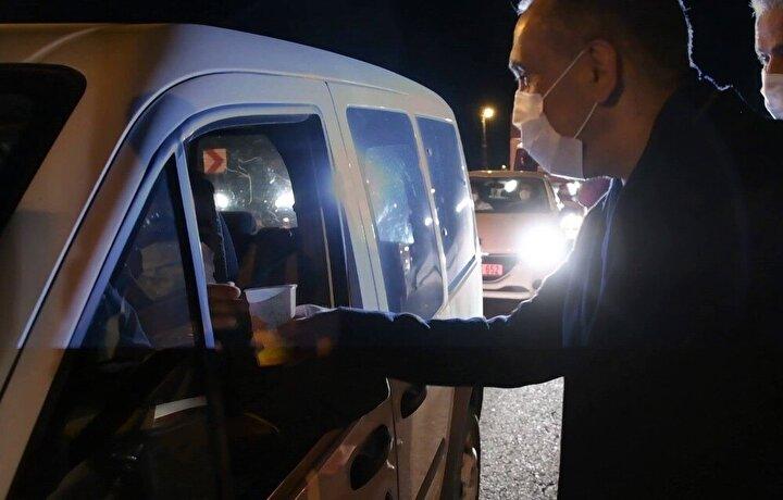 Adıyaman Valisi Mahmut Çuhadar, 2021 yılında seyahat eden sürücülere ve görev başında bulunan polislere çorba ikram ederek yeni yıllarını kutladı.