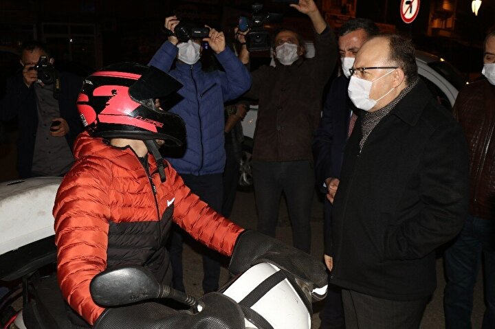 """Zonguldak Valisi Mustafa Tutulmaz koronavirüs tedbirleri kapsamında sokağa çıkma kısıtlamasında uygulama noktalarında denetim yaptı. Vali Tutulmaz, motosikletli kuryeyi durdurarak izin belgesi sordu. Belgeyi attığını söyleyen kuryeye """"Geziyorsun da cezası çok yüksek. Bir daha böyle gezme"""" dedi ."""