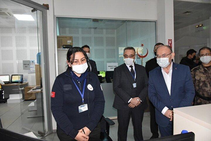 Manisa Valisi Yaşar Karadeniz, 112 Acil Çağrı Merkezi, Merkezefendi Devlet Hastanesi ve trafik uygulama noktalarını ziyaret ederek görevli personelin yeni yılını kutladı, hastanede tedavi gören vatandaşlara da geçmiş olsun dileklerini iletti.