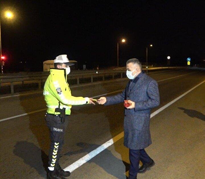 Kırklareli Valisi Osman Bilgin, yılbaşı için uygulama yapan polis ve jandarma ekipleri ile sürücülerin yılbaşını kutlayarak gofret dağıttı.