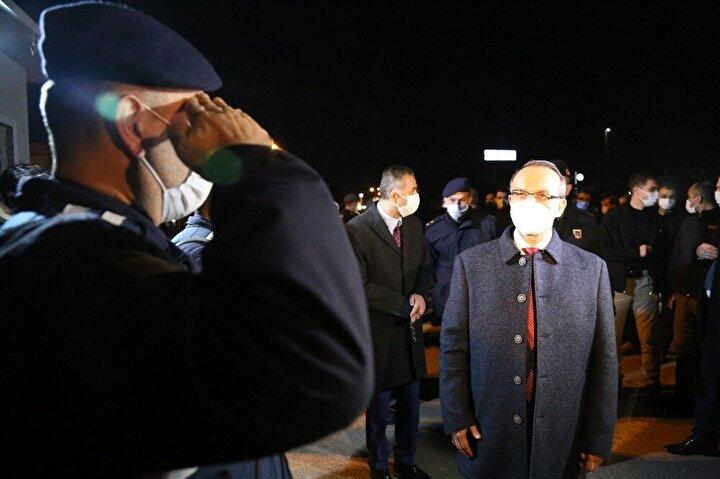 Kocaeli Valisi Seddar Yavuz, görev başındaki ekiplerini yeni yıl görevinde yalnız bırakmadı. Vali Yavuz, Kartepe ilçesi D100 Karayolu üzerinde bulunan denetim noktasında görev yapan jandarma ve polis ekiplerini ziyaret ederek yeni yıllarını kutladı. Ekiplerle sohbet eden Yavuz'a Kocaeli İl Emniyet Müdürü Veysal Tipioğlu, Kocaeli İl Jandarma Komutanı Kıdemli Albay Ümit İlbayı ve Kartepe Belediye Başkanı Mustafa Kocaman eşlik etti.