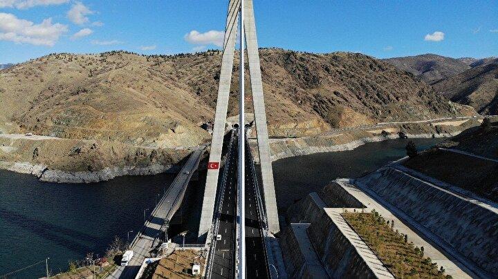 Ulaştırma ve Altyapı Bakanlığından yapılan yazılı açıklamaya göre, taşıt trafiğine 2x2 şeritle hizmet verecek, ters-Y tipi kule olarak tasarlanan Kömürhan Köprüsü, 168,5 metrelik tek pilon ve 380 metrelik orta açıklığıyla dünya literatüründe dördüncü sırada yer aldı.
