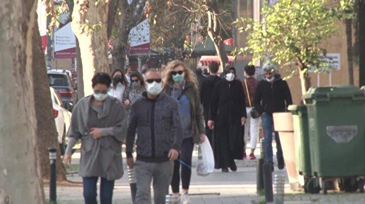 Çoğu vatandaşın maske taktığı görülürken, bazıları da maskesiz caddeye çıktığı görüldü.