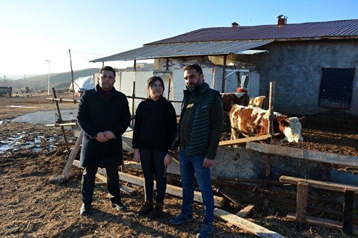 """Gevenlik köyünde bölgenin en genç çiftçisini ziyaret ederek hediye veren Tercan İlçe Tarım ve Orman Müdürü Emre Özelgül'de şunları söyledi:""""Bugün Bülent beyin işletmesine geldik. İşletme ziyaretlerinde Bülent bey kızının hayvan aldığını söylemişti. Işıl Su, Tercan ilçemizin en küçük çiftçisi. Belki de Türkiye'de en genç sayılı hayvancılıkla uğraşan evlatlarımızdan bir tanesi. Kendisini biz tebrik ediyoruz. İlçe Tarım Müdürlüğü olarak her daim desteğimiz yanında olacaktır. Malum pandemi sürecindeyiz. Bakanlığımızın en uç birimi taşra teşkilatları olarak her daim vatandaşlarımızın yanındayız. Üretmek istiyoruz, üretimi artırmak istiyoruz. Üreterek zor günlerin üstesinden geleceğimizi biliyoruz. Tercan ilçemiz Doğu'daki nadir ilçelerden de bir tanesidir. Hem toprağı hem hayvanı verimlidir."""""""