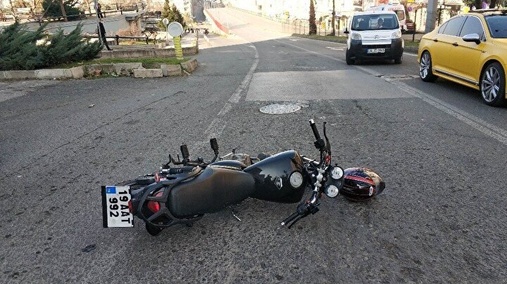 Narkotik polisi motosikleti durdurmak isteyince kovalamaca başladı. Rasathane Camii karşısına polis otosu şahısların önüne kırarak durdurdu.