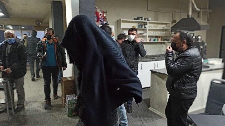 İçeride bulunan şüpheliler bir süre kapıyı açmazken, polis daha sonra içeri girdi.