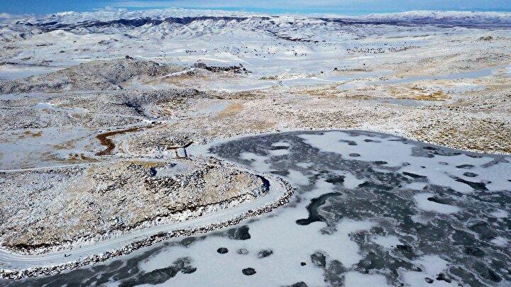 Yazın çevresinde açan rengarenk çiçeklerle ve yemyeşil doğasıyla ziyaretçilerini karşılayan gölün yüzeyinin büyük bölümü, bu günlerde dondurucu soğukların etkisiyle buz tuttu.