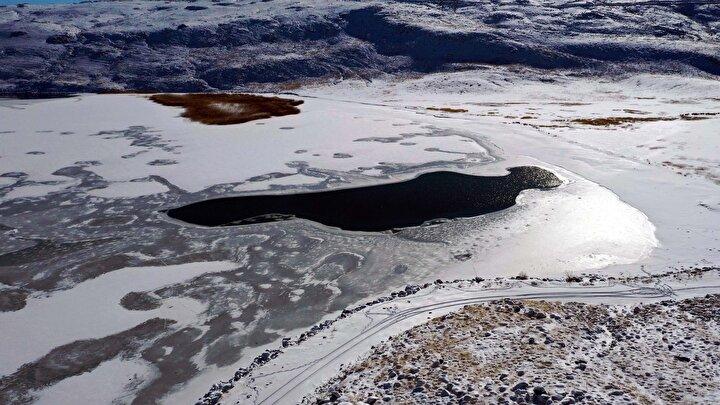Buz kalınlığı 25 santimetreye ulaşıyor.