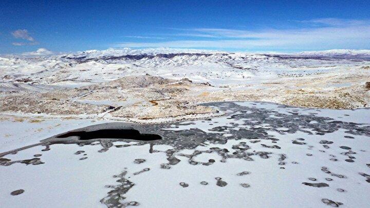 Buz kalınlığı 25 santimetreye ulaşan ve çevresi beyaz örtüyle kaplanan göl, ziyaretçilerini kendine hayran bırakan manzaralar oluşturuyor.