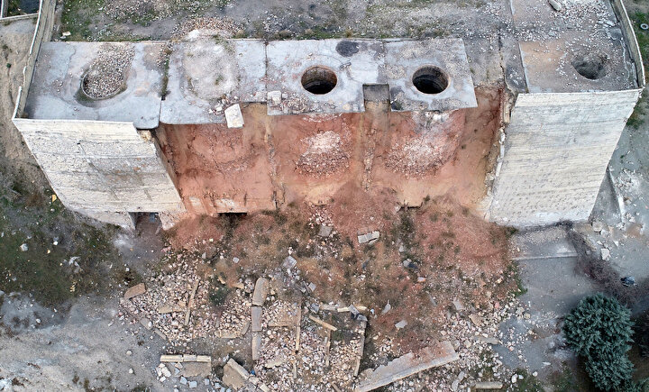 Çevredekiler ise atıl durumdaki kireç ocağının bulunduğu alana zamanla moloz, çöp, oto lastiği ve evsel atık döktü.