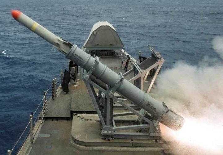 Atmaca menziliyle de rakiplerine fark atmış durumda. ABD yapımı Harpoon'un geliştirilmiş versiyonunda menzil 130 kilometre iken Fransız Exocet Bl3 füzesinin ise 200 km menzili bulunuyor.