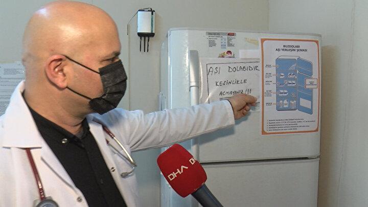Uzun süredir beklenen aşıların ülkeye gelmesiyle beraber Türkiyede de artık koronavirüs aşılama sürecine girildiğini belirten Doktor Özer, Gerekli testlerden geçtikten sonra aşılamalara başlanacağını düşünüyoruz. Kovid aşısı, Bilim Kurulu tavsiyesiyle öncelikle ayrım yapılmaksızın tüm sağlık çalışanlarına uygulanacak. Aynı zamanda huzurevi çalışanları ve sakinlerine de öncelik verildi. Daha sonra yaş ve kronik hastalıklar gibi kriterler gözetilerek nüfusun diğer riskli gruplarına geçilecek. İnsanlar MHRS üzerinden randevusunu alacak, hekim bu sistem üzerinden randevuyu görecek ve aşılar randevuyla yapılacak. Bakanlık her aşı dozunun kime, ne zaman yapıldığını o sistemden izleyeceğini ve endikasyon dışı aşılamanın önüne geçileceğini söyledi. Burada farklı olarak kamu ya da özel fark etmeksizin, tüm doktorlara aşı yapma yetkisi verildi. Aşılama işi daha çok ASMlerin üzerindeydi; ancak bu pandemi ortamında tüm nüfusunun aşılanması söz konusuyken bu şekilde bir değişikliğe gidilmesini biz çok olumlu buluyoruz dedi.