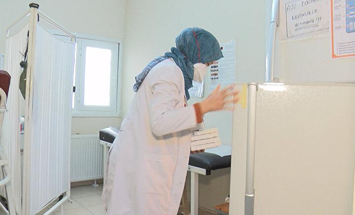 Çin aşısı, inaktif virüs aşısı olduğu için, aşının saklanma ve soğuk zincir işlemleri de tıpkı ASMlerde yıllardır yürütülen çocukluk çağı aşılarının takibi gibi gerçekleştirilecek. Bu nedenle de aşıların saklanması için Pfizer-BioNTech veya Modernanın mRNA aşılarında olduğu -70 veya -20 derecelik özel soğuk zincir lojistiğinin kurulmasına bu aşı için ihtiyaç olmayacak. Türkiyenin bu anlamda Avrupayı dahi geride bırakan bir sisteme sahip olduğunu anlatan Aile Hekimliği Çalışanları Sendikası (AHESEN) Başkanı Doktor Gürsel Özer, tüm aşı izleminin elektronik ortamda gerçekleştiğini söyledi. Türkiyenin en ücra köşesindeki bir aşı dolabına giren aşının soğuk zincir takibinin dahi Ankaradan anlık olarak izlenebildiği Sağlık Bakanlığına ait Aşı ve Antiserum Soğuk Zincir ve Stok Takip Sisteminin (ATS), koronavirüs aşısı için de kullanılacağını söyleyen Doktor Özer, Türkiyenin merakla beklediği koronavirüs aşılanma süreciyle ilgili detayları anlattı.