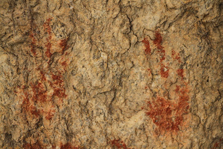 Bilim insanları, Çakallar Volkanı patlaması ile 1968 yılında keşfedilen tarih öncesi insan ayak izleri, kül ve Kanlıkayadaki resimleri milattan önce 3 bin ila bin yıl öncesine denk gelen Bronz Çağına tarihlendirdi.