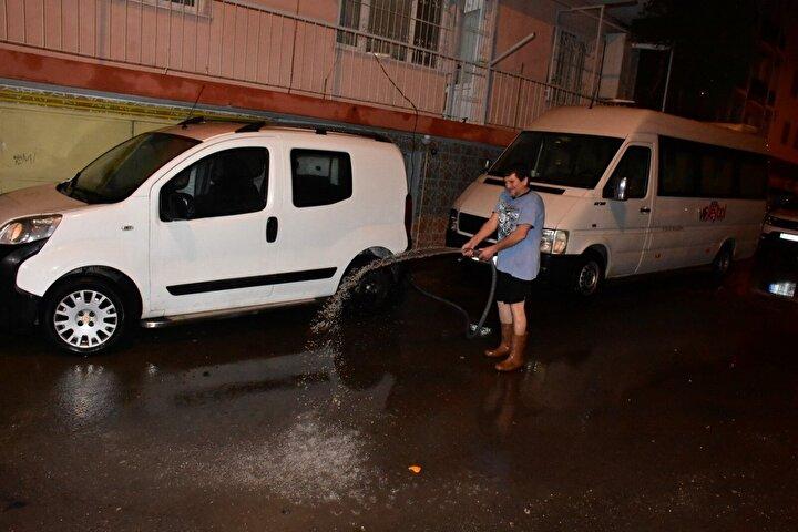 Meteoroloji Genel Müdürlüğü'nden İzmir için yapılan gök gürültü ve sağanak yağış uyarısının ardından, kent genelinde etkili olan sağanak yağış, hayatı olumsuz etkiledi.