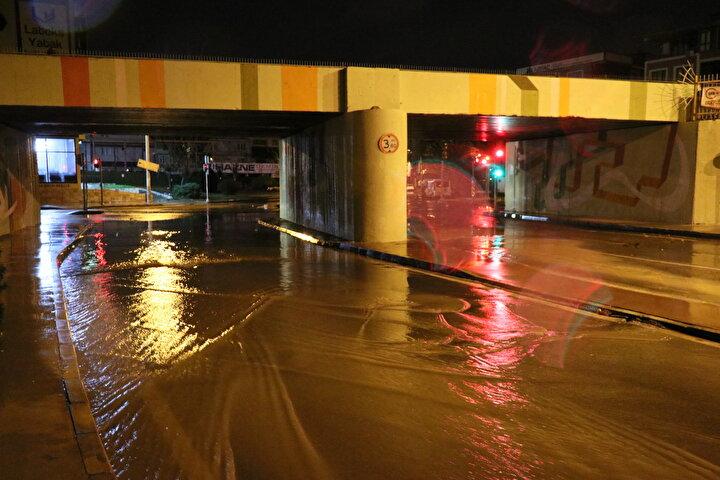Öte Yandan, İzmir Valiliği sağanak yağış öncesi uyarıda bulundu. Sosyal medya aracılığıyla yapılan uyarıda şu ifadeler yer aldı: