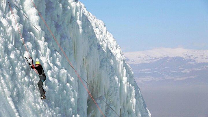 Deniz seviyesinden 3 bin 176 metre yükseklikteki Palandökenin 2 bin 300 rakımındaki güney pistine 20 metre yüksekliğinde 150 metre genişliğinde yapılan suni buz dağı ile aynı bölgedeki 700 metre uzunluğunda 70 metre yükseklikteki zipline hattı Türkiyedeki kayak merkezlerinde bir ilk olma özelliği taşıyor. Macera tutkunları, buz tırmanışından sonra, bindikleri zipline ile çığlıklar atarak karşı dağa geçiyor.