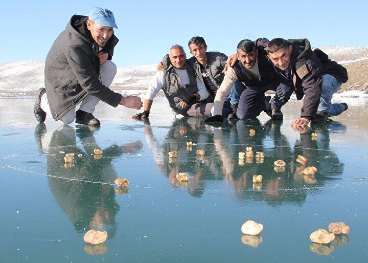Aşık oyunu, koyunların ve keçilerin arka bacaklarında bulunan dört yüzlü kemikle oynanan bir oyun. Tarihi bir Türk oyunudur.