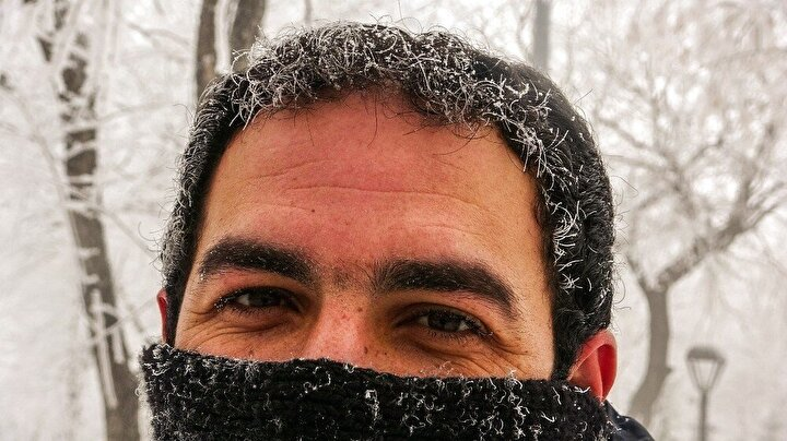 Kentte sıcaklıklar eksi 19 dereceye kadar düşünce kurutulan elbiseler dahi dondu. Soğuk hava Ardahan'da hayatı adeta esir aldı. Soğukta bazı vatandaşların saç, kaş ve kirpikleri tamamen dondu. Saç ve kirpikleri donan Özgür Evliyaoğlu, Ardahan'ın her zamanki hali, 6 aylık kış sürecinde her tarafımız buz tutuyor. Gördüğünüz gibi kaşlar, gözler, kirpikler donmuş durumda. Ellerimi cebimden çıkartamıyorum dedi.