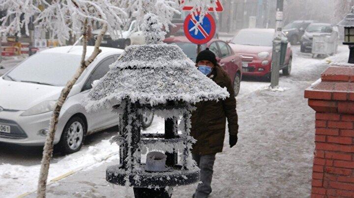 Kentte dondurucu hava yaşamı olumsuz etkilemeyi sürdürürken, aynı zamanda soğuğun yoğun sisle birleşmesi ile ortaya çıkan kırağının neden olduğu beyaz örtü kartpostallık görüntüler oluşturdu.