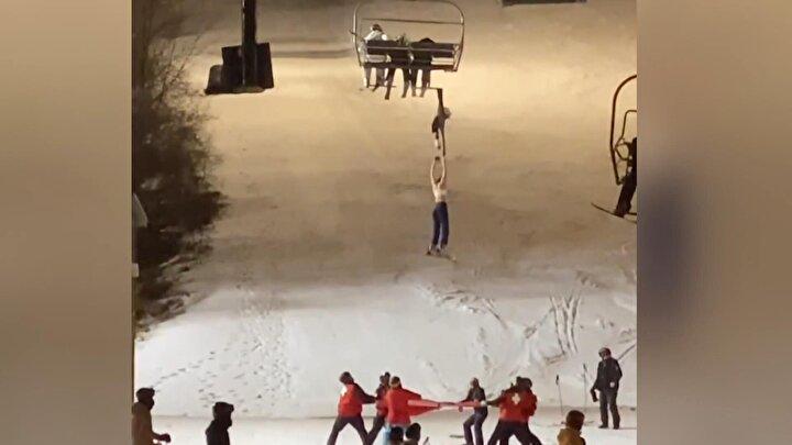 Gerilen bir branda atlamaya çalışan kadın kayakçının ceketi telesiyejeye takıldı.
