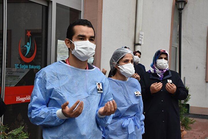 Amasyada koronavirüs teşhisi ile Sabuncuoğlu Şerefeddin Eğitim ve Araştırma Hastanesinde tedaviye alınan Ağız ve Diş Sağlığı Merkezinde görevli klinik destek personeli Orkun Karadağ, dün gece hayatını kaybetti. Karadağ için bugün görev yaptığı hastanenin önünde tören düzenlendi.