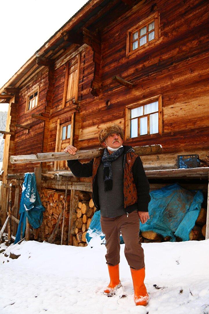 """55 yıldır köyde yaşadığını anlatan Fikri Yazar, Sadece askerlik görevini yapmak için köyden ayrıldım. Köyümüzde mutlu ve sağlıklı bir hayat yaşıyoruz. Kendi ürettiğimiz doğal ürünlerle besleniyoruz, köyümüzün rakımı oldukça yüksek ve kış sert geçiyor, buna rağmen üşümüyoruz. Kış ayları zorlu geçtiği için sonbaharda hazırlıklarımıza başlıyoruz. Bize 6 ay yetecek gıda stokumuzu hazırlıyoruz. Ancak artık eskisi gibi kar yağmıyor. Ayrıca hayvancılık ve ev pansiyonculuğu da yapıyorum. Yerli ve yabancı turistlere, yerel rehberlik hizmeti veriyorum"""" dedi."""