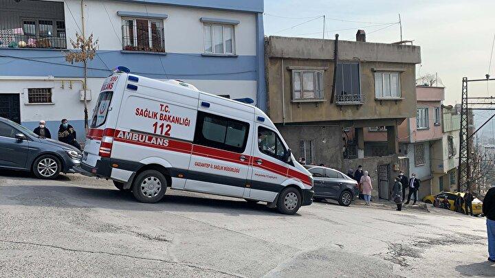 Gelen sağlık ekibinin yaptığı kontrolde, Recep Altunun yaşamını yitirdiği belirlendi, baygın olan annesi Fevziye Altun ise, Şehitkamil Devlet Hastanesine kaldırdı.