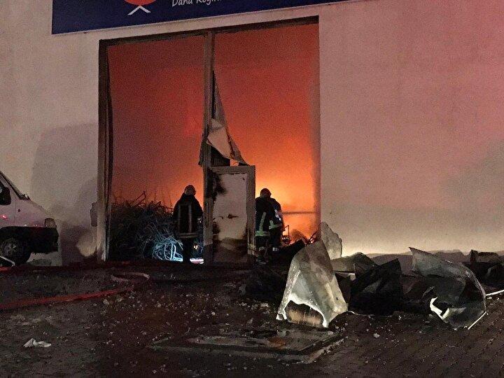 Fabrikada çalışanların olmamasından dolayı yaralanan olmazken, 3 hangarda yangın devam ediyor.