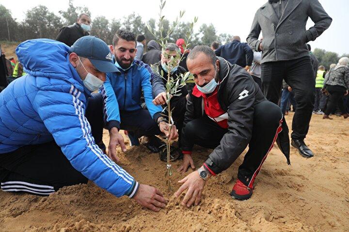Batı Şerianın El-Bire kentindeki İstiklal Parkında ağaç dikme etkinliğine, Filistin Kurtuluş Örgütü (FKÖ) ve Fetih Hareketi komite üyeleri, bakanlar, yetkililer, ulusal ve İslami grupların üyeleri, şehit ve yaralı aileleri de katıldı.