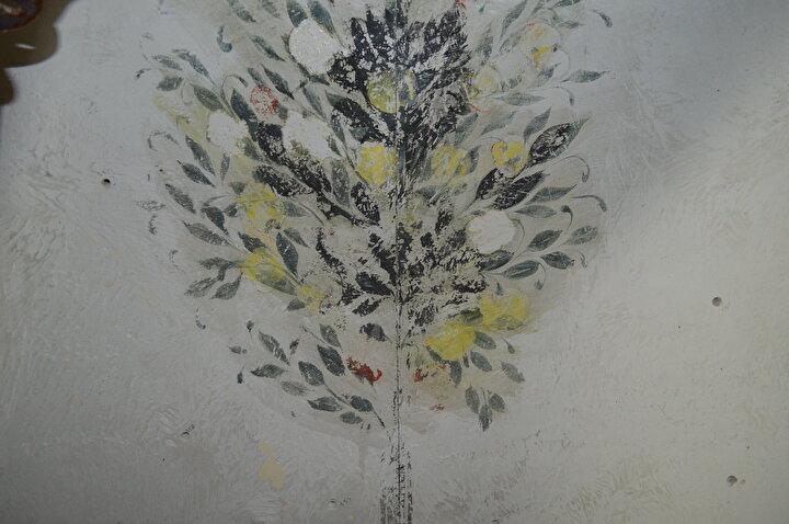 Çalışmalarda Osmanlı dönemine ait ve yıllar önce yapılan tadilatlar nedeniyle üzeri sıvayla kapatılmış duvar motifleri ve kalem işi bezemeler ortaya çıkarıldı.