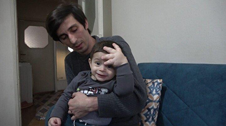Bursa'da yaşayan genç çiftin çocukları Mahmut Efe, maddî imkânsızlıklar içinde güçlükle tedavi görüyor. Küçük Efe'nin sol eli ve sağ ayağı anormal şekilde hızlı büyüyor. Diğer el ve ayağı ise yaşıtları gibi normal büyüyor. Bir buçuk yaşındaki talihsiz yavrunun bir el ve bir ayağı, 10 yaşındaki çocukların el ve ayakları kadar büyük.