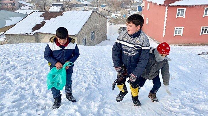 Mahallelerinde bulunan bir tepeyi kendileri için kayak merkezi haline getiren çocuklar, kızakları olmadığı için evlerinden getirdikleri poşetler üzerinde saatlerce kayak yapmanın keyfini çıkardı.