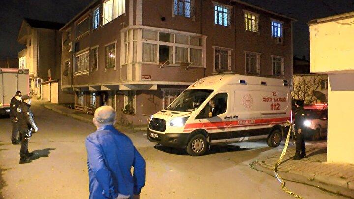 KADININ ANNESİ FENALIK GEÇİRDİ  Olayı duyarak cinayetin işlendiği eve gelen Hatice Soysalın annesi fenalık geçirdi. Ayakta durmakta zorlanan yaşlı kadını sağlık ekipleri yaptıkları müdahalenin ardından ambulansla hastaneye kaldırdı. Olayla ilgili soruşturma devam ediyor.