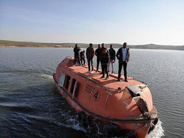 Gölün üstünde aynı anda 69 kişiyi taşıyabilen ve hasta ile öğrencilerin eli kolu haline gelen denizaltı filikası ücretsiz hizmet veriyor.
