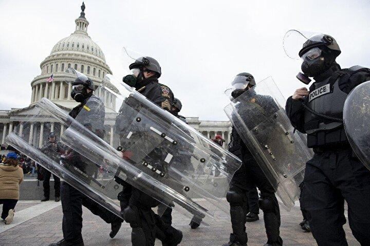 """Trumpın seçimlerin çalındığı ve yolsuzluk karıştırıldığı iddiasını destekleyen ve kendilerini """"vatansever"""" olarak tanımlayan göstericiler, Kongrede Joe Bidenın başkanlığının onaylanması için oy kullanımı sürerken bina önünde polisle çatıştı."""