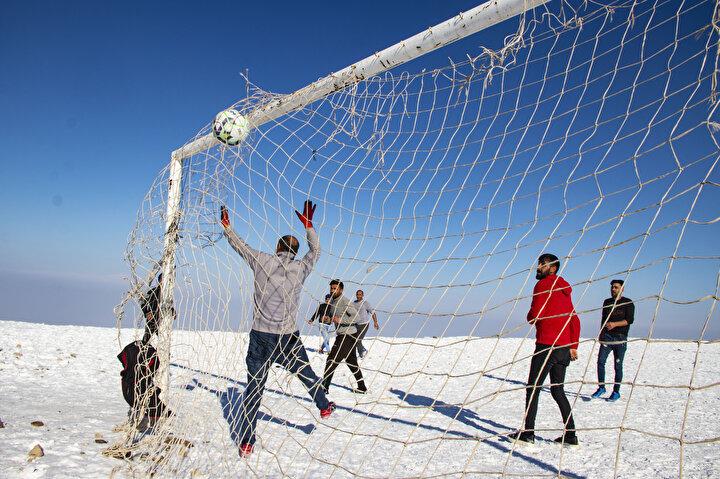 Iğdırda kardan zaman zaman yolu kapanan dağ köylerinde yaşayan vatandaşlar, zorlu kış koşullarını, kar üzerinde futbol turnuvası düzenleyerek eğlenceye dönüştürüyor.Kış mevsiminin zorlu geçtiği bölgede yaşayan gençler, günlük hayvan bakım işlerini yaptıktan sonra boş zamanlarını futbol oynayarak değerlendiriyor. Gençlerin civar köylerden kişilerin de katılımıyla oluşturduğu takımlar, Alibey köyündeki futbol sahasında belirlenen zamanlarda kar tabakasının üzerinde soğuk havaya rağmen maç yapıyor.