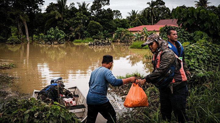 Malezya Sosyal Refah Biriminin resmi sitesindeki verilere göre, Pahang, Johor, Kelantan, Terengganu ve Perak eyaletlerinde 1 Ocaktan bu yana etkili olan ve 6 Ocaktan bu yana Sabah eyaletinde de etkisini gösteren muson yağmurlarının ardından oluşan sel nedeniyle şimdiye kadar toplam 48 bin 108 kişi güvenli bölgelere götürüldü.